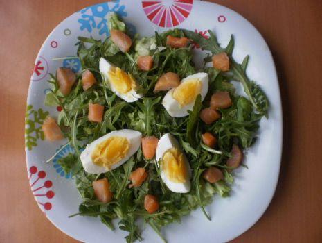 Przepis: Wiosenna sałatka z łososiem