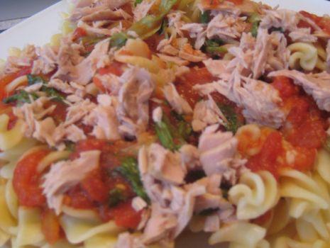 Przepis: Makaron z tunczykiem w pomidorowym sosie.