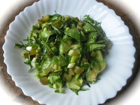 Przepis: surówka z awokado, korniszona i rukoli