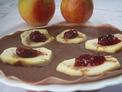 Przepis: Krążki jabłkowe w kakaowych naleśnikach z żurawiną