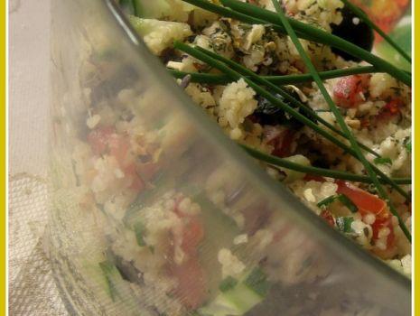 Przepis: Sałatka z kuskusem i kolorowymi ziołami do sałatek