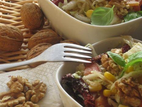 Przepis: Sałatka z wędzonym łososiem, orzechami i suszonymi pomidorami