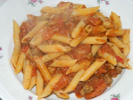 Przepis: Penne z sosem mięsno-pomidorowym
