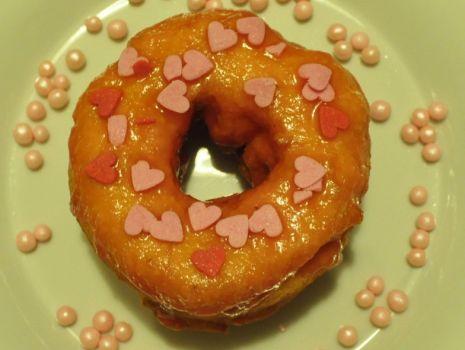 Przepis: Donutsy waniliowe z malinowym lukrem