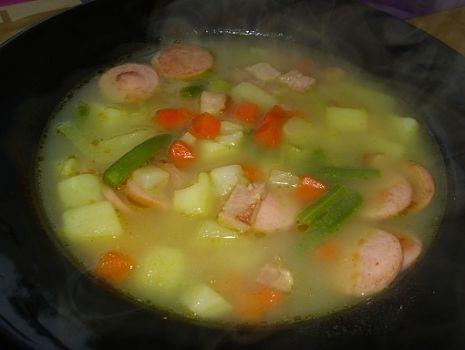 Przepis: Pożywna i pyszna zupka z szynką i warzywami