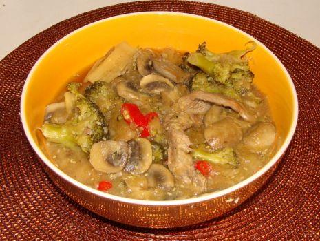Przepis: Zupa ostro-kwaśna z indykiem i rzodkwią