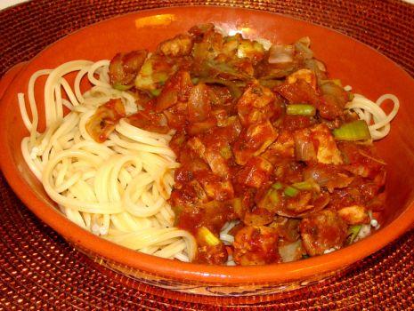 Przepis: Spagethi z tuńczykiem w pomidorowym sosie z nutką piri piri