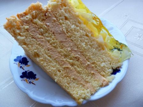 Przepis: Tort krówkowy z galaretką i owocami