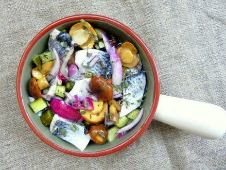 Przepis: Kwaśny śledzik w oleju z ogórkiem małosolnym, grzybkami i cebulą