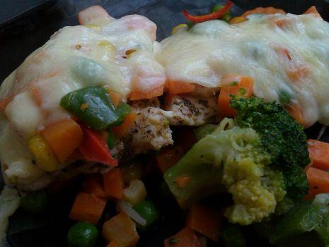 Przepis: Pierś z mozzarellą i warzywami