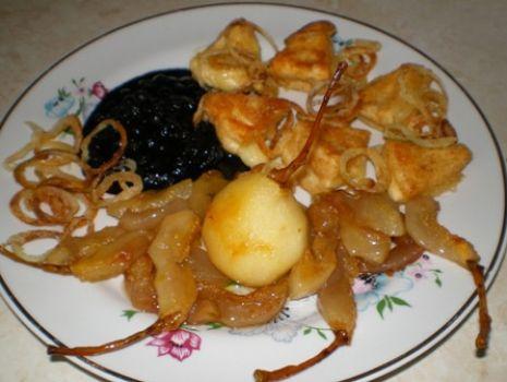 Przepis: Camembert z prażoną cebulką, karmelizowanymi gruszkami i borówkami