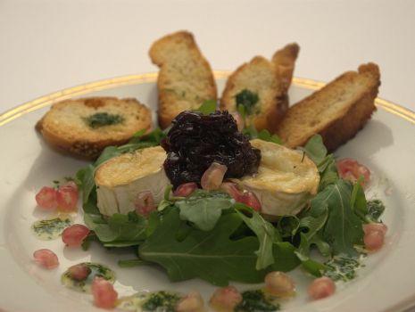 Przepis: Zapiekany kozi ser na rucoli z konfiturą z czerwonej cebuli