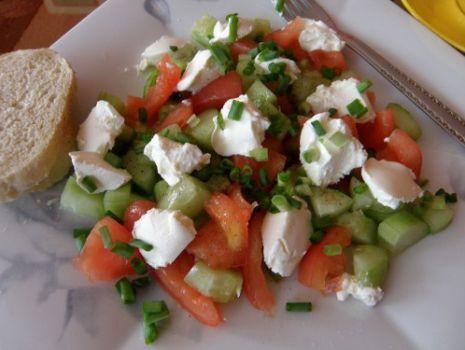 Przepis: Sałatka pomidorowo-ogórkowa ze śmietanowym serkiem