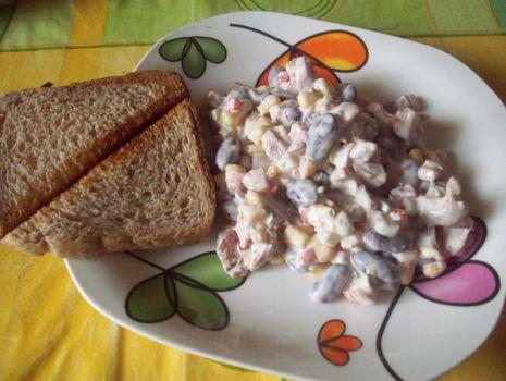 Przepis: sałatka z wędzonym kurczakiem i fasolą