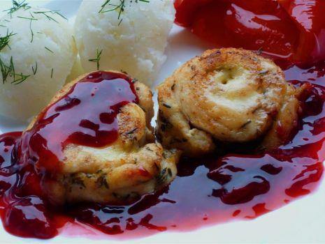 Przepis: Zawijaski drobiowe serowo - tymiankowe w sosie wiśniowym.