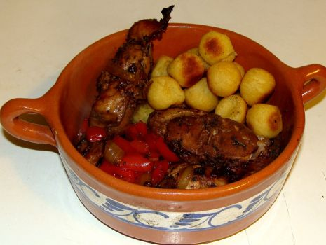 Przepis: Pieczony królik marynowany w Porto i aromatycznych ziołach