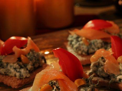 Przepis: Kanapki na pieczywie chrupkim z pastą serowo szpinakową i wędzonym łososiem