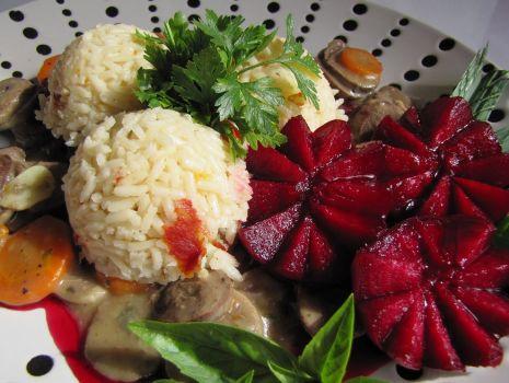 Przepis: Gulasz z serc indyczych ryż i buraczki glazurowane