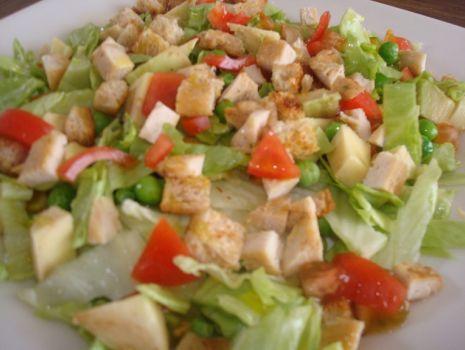 Przepis: Salata lodowa z kurczakiem i warzywami
