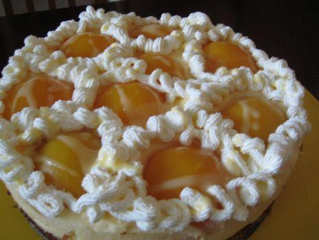 Przepis: Tort ajerkoniakowy z brzoskwiniami.