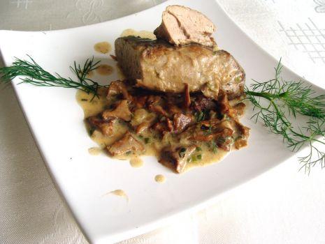 Przepis: Polędwiczki wieprzowe duszone w kurkach