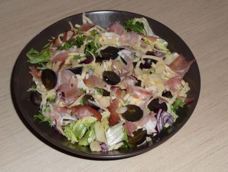 Przepis: Sałatka z szynką parmeńską lub szwarcwaldzką i winogronem