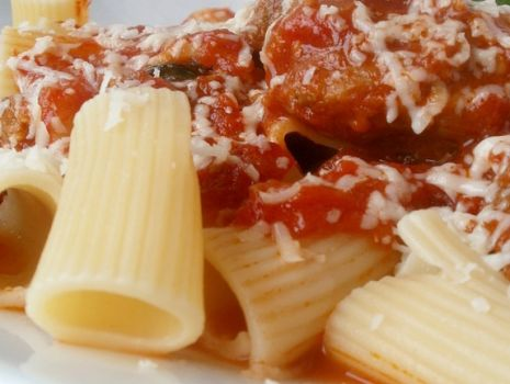 Przepis: Makaron rurki z mięsem w sosie włoskim