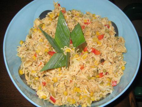 Przepis: Salatka z zupkami chinskimi  z  kurczakiem i groszkiem.