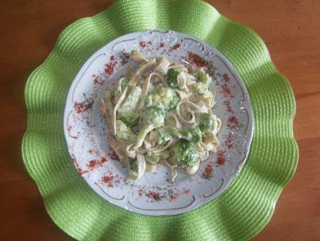 Przepis: Tagiatelle z brokułami w sosie serowym