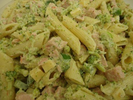 Przepis: Sałatka brokułowo-makaronowa