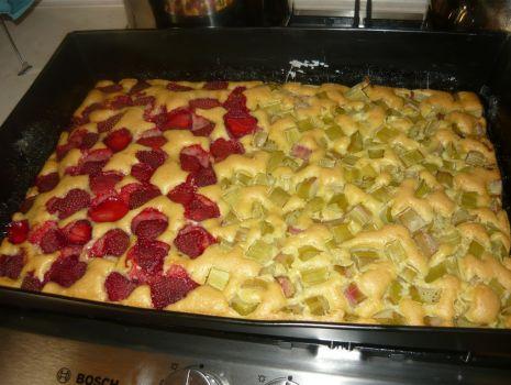 Przepis: Ciasto z rabarbarem i truskawkami