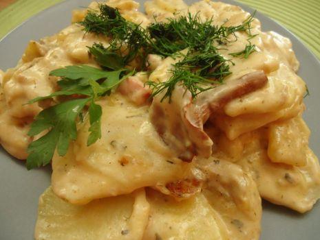 Przepis: Smażone talarki ziemniaków z kurkami i boczkiem w sosie śmietanowym