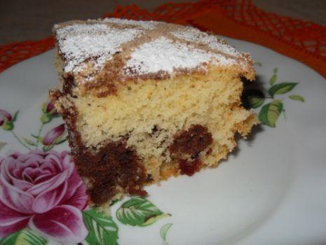 Przepis: Łaciate ciasto z wisniami i rodzynkami