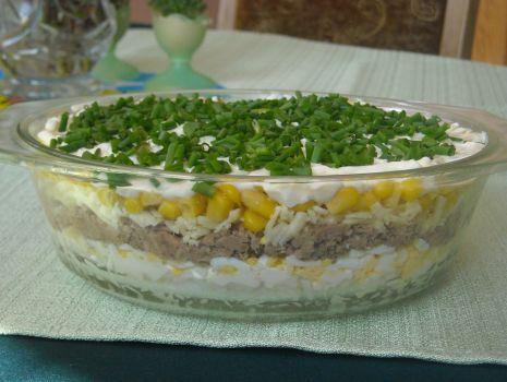 Przepis: Warstowa sałatka z tuńczykiem
