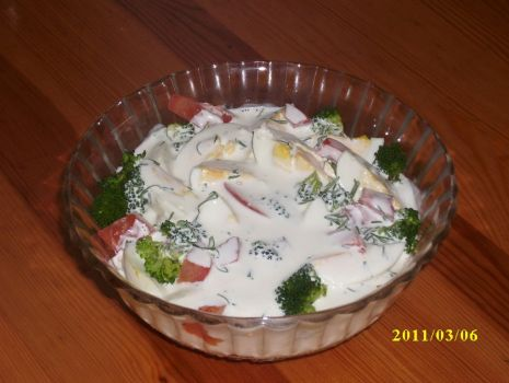 Przepis: sałatka brokułowa z sosem czosnkowo-ziołowym