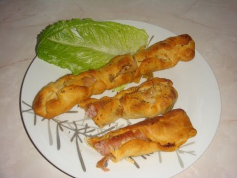 Przepis: Białe kiełbaski z suszonymi pomidorami i cukinią zapiekane w cieście