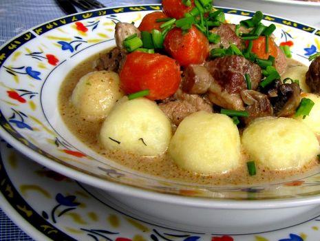 Przepis: Gulasz wieprzowy z kuleczkami ziemniaczanymi