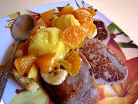 Przepis: Jagodowe racuszki z owocami i lodami