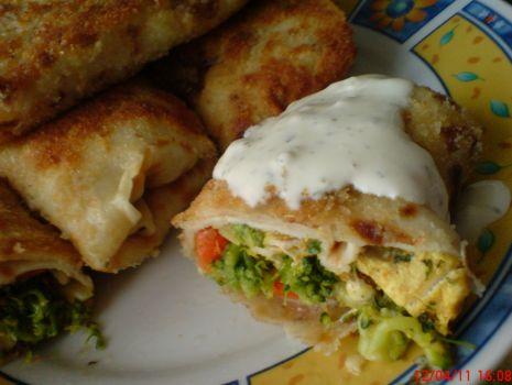 Przepis: Krokiety z farszem drobiowo-pieczarkowym w sosie czosnkowym