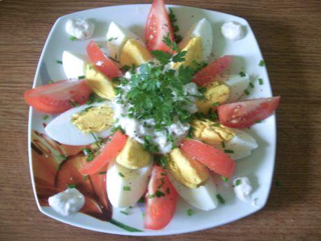 Przepis: Jajeczny kwiatek z sosem chrzanowym