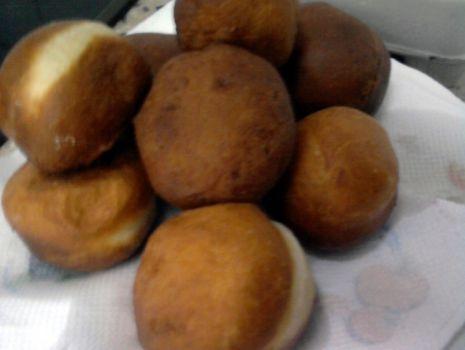 Przepis: Pączki z nadzieniem truskawkowym