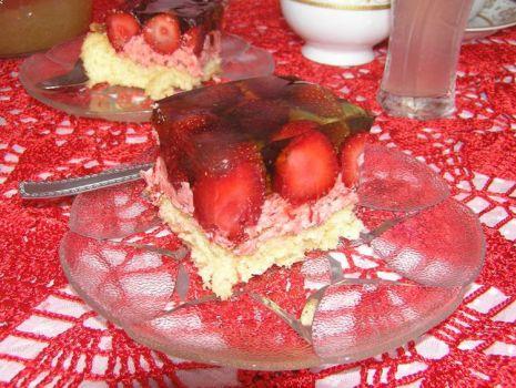 Przepis: Ciasto z masa truskawkową i truskawkami