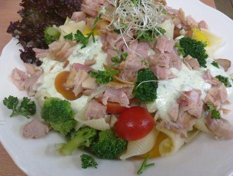 Przepis: sałatka z kurczakiem wędzonym i makaronem
