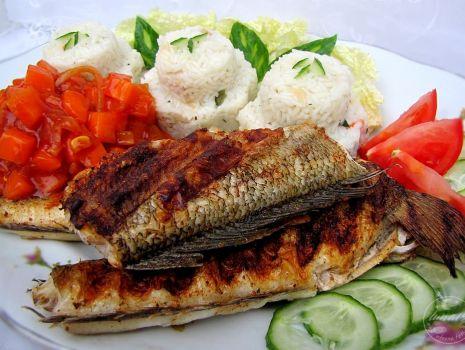 Przepis: Ryba z grilla z ryżem i marchewką.