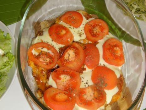 Przepis: Piersi z kurczaka zapiekane z Pesto, mozzarellą i pomidorami.