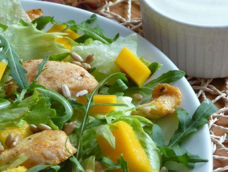 Przepis: Sałatka z kurczakiem i mango