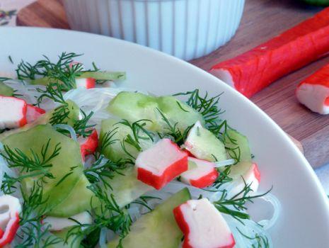 Przepis: Wiosenna sałatka z paluszkami krabowymi i ogórkiem