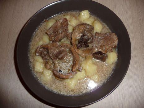 Przepis: Kopytka z sosem grzybowym i mięsem