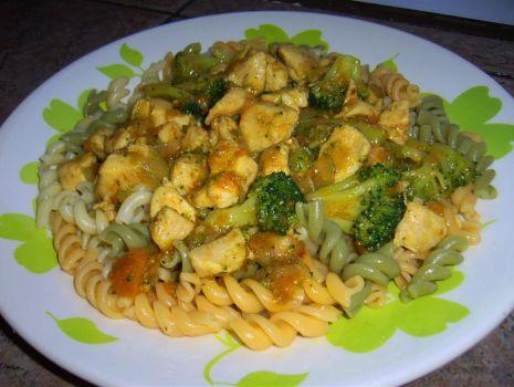Przepis: Kurczak z brokułami i makaronem