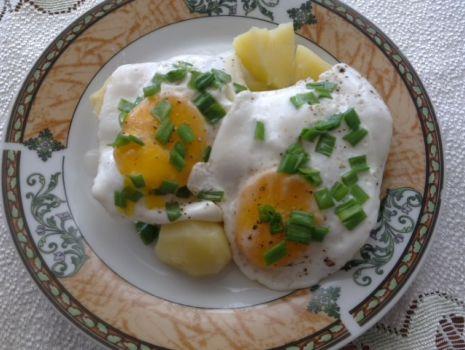Przepis: Sadzone jajka z ziemniakami